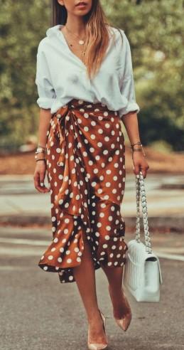 1d3edd76c0ee Οι πουά φούστες πάντα βγάζουν έναν πιο girly αέρα που εντυπωσιάζει τις  γυναίκες. Μπορείς να βρεις φούστες midi με κλος γραμμή για πιο αέρινο  αποτέλεσμα