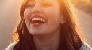 χαρούμενη κοπέλα
