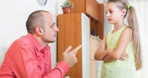γονιός κάνει παρατήρηση στο παιδί