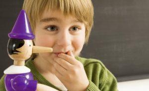 παιδί με κούκλα πινόκιο