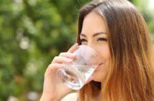 γυναίκα πίνει νερό