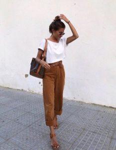 καμηλό παντελόνι, λευκό tshirt