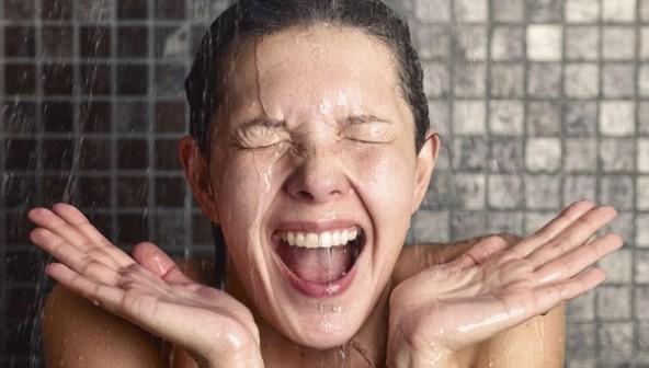 κοπέλα κάνει ντουζ