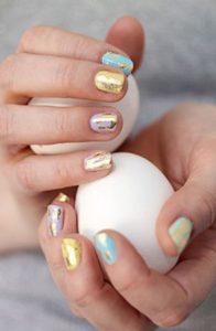 χρυσα σχεδια σε πολυχρωμα νυχια