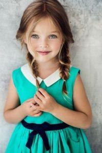μικρο κοριτσακι με πλεξουδακια