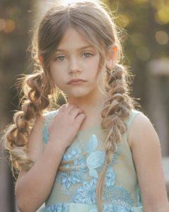 κοριτσακι με μοντερνες πλεξουδες