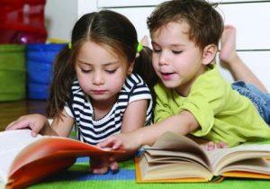 παιδιά διαβάζουν βιβλία