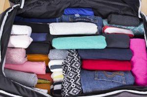 ρούχα σε μικρή βαλίτσα