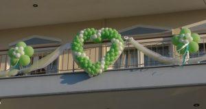 καρδια σε μπαλκονι με μπαλονι για γαμο