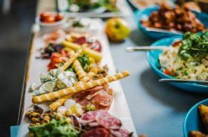φαγητό σε μπλε πιάτα