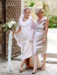 ασημι φορεμα για μαμα της νυφης