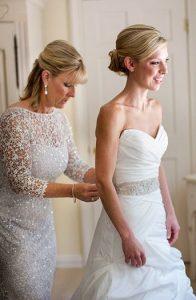 υπολευκο φορεμα με δαντελα για μητερα της νυφης