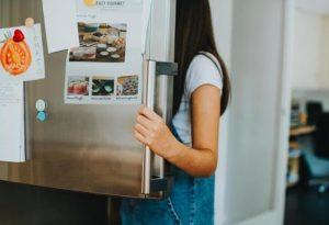 γυναίκα ανοίγει το ψυγείο