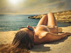 κοπέλα κάνει ηλιοθεραπεία