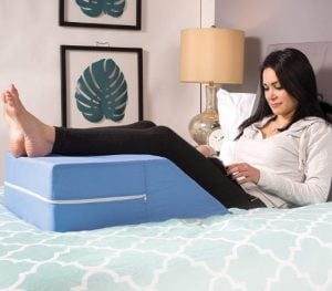 γυναικα καθεται με μαξιλαρι κατω απο ποδια