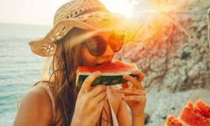 κοπέλα τρώει καρπούζι, ediva.gr