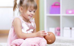 κορίτσι παίζει με κούκλες