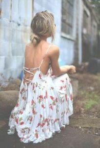 χαμηλός κότσος με floral φόρεμα