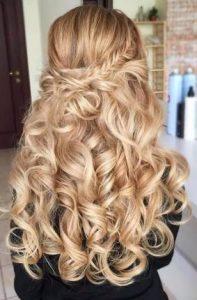 μακριά ξανθά μαλλιά με μπούκλες