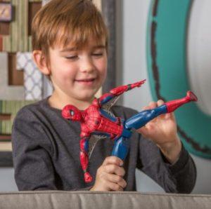 αγόρι παίζει με τον spiderman