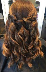 πιασμένα μαλλιά με κοτσίδα και μπούκλες