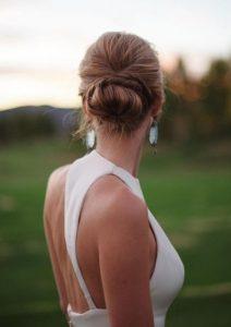 σινιόν με λευκό φόρεμα