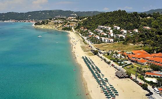 αιγοπελαγίτικα Ποσείδι Χαλκιδική παραλίες θάλασσα ξαπλώστρες πεύκο