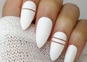 γυναικεία νύχια με αμυγδαλωτό σχήμα
