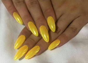 αμυγδαλωτά κίτρινα νύχια για το καλοκαιρινό μανικιούρ