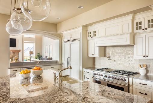ανοιχτό χρώμα ντουλάπια μπεζ άσπρο κουζίνα εξοικονομήσεις χώρο μικρή κουζίνα