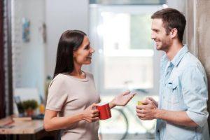 άντρας και γυναίκα κάνουν ευχάριστη συζήτηση