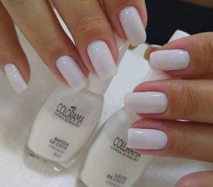 γυναικείο μανικιούρ με άσπρο χρώμα