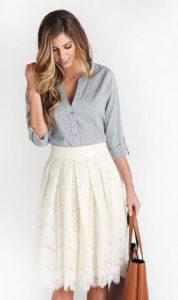 συνδυασμός άσπρης φούστας με πουκάμισο