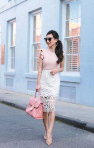 μίντι άσπρη φούστα με ροζ μπλούζα