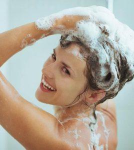 γυναίκα λούζει τα μαλλιά της