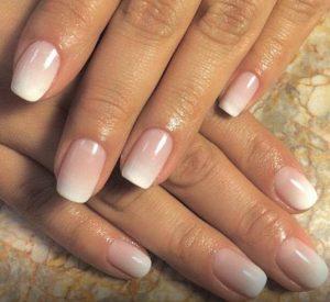 μανικιούρ με κοντά νύχια και σε απαλές αποχρώσεις