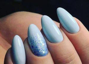 οβάλ νύχια με εντυπωσιακό καλοκαιρινό χρώμα