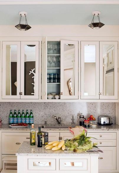 καθρέπτες στα ντουλάπια άσπρα εξοικονομήσεις χώρο μικρή κουζίνα