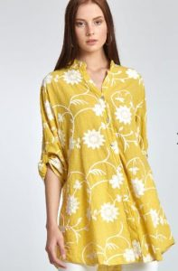 πουκαμίσα σε κίτρινο χρώμα με λευκά λουλούδια