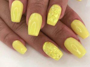 καλοκαιρινό μανικιούρ με κίτρινο λεμονί χρώμα