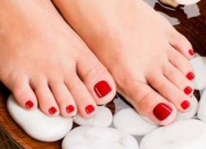 κόκκινα νύχια ποδιών