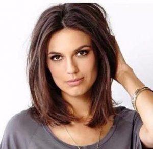 κοντά γυναικεία μαλλιά με πλαϊνή χωρίστρα