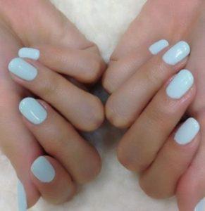 κοντό γυναικείο μανικιούρ σε γαλάζια απόχρωση