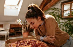 κοπέλα κοιτάει την πίτσα