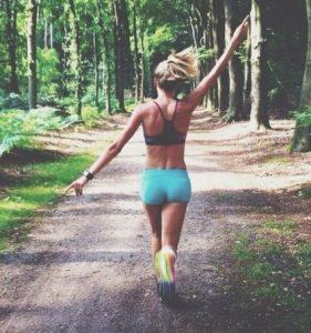 χαρούμενη κοπέλα τρέχει