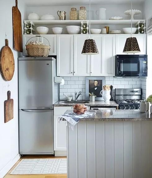 ράφια ψηλά αποθήκευση εξοικονομήσεις χώρο μικρή κουζίνα