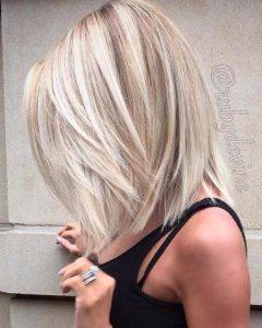 ξανθά μαλλιά μεσαίου μήκους με αφέλειες