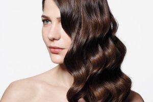 μαλλιά κυματιστά χτενισμένα στο πλάι