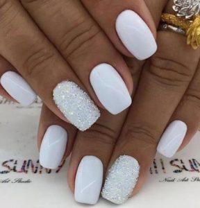μονόχρωμα λευκά νύχια με χρυσόσκονη