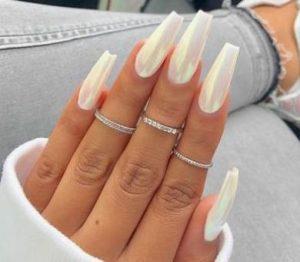 μακριά λευκά νύχια